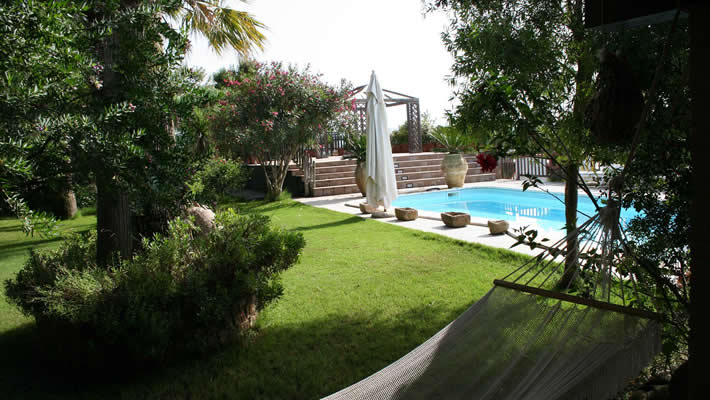 Giardino con piscina al B&B Casa di Luca